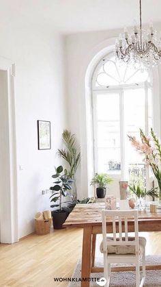 Altbau hat einen ganz besonderen Charme und ist für viele der absolute Wohntraum! Beim Einrichten einer Altbauwohnung gibt es einige Dinge zu beachten. Wir haben die schönsten Ideen und Inspirationen für die Gestaltung eines Altbaus zusammengestellt. Viel Spaß beim Lesen! Oversized Mirror, Furniture, Home Decor, Glamour, Large Windows, Tall Ceilings, Reading, Decoration Home, Room Decor