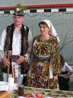 BistritaNews - Traditional romanesc in Europa multiculturala. Folk Clothing, Vintage Clothing, Folk Embroidery, Folk Costume, Ethnic Fashion, Traditional Dresses, Girls Out, Vintage Outfits, Sari