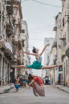 Photographer captures stunning photos of dancers in the streets of Cuba