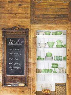 We never tire of beautiful farmhouse decor. Whether you're renovating your country bedroom or decorating your farmhouse kitchen, take cues from these simple and rustic rooms that will help you achieve a cozy home. French Country Kitchens, Modern Country, French Country Decorating, Country Living, Country Chic, Farmhouse Kitchens, Farmhouse Style, Farmhouse Decor, Cottage Style