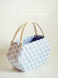 エコクラフト・紙バンド、鉄線編み・亀甲網代編み:爽風 Plastic Canvas Stitches, Animal Bag, Weaving Patterns, Rattan Basket, Baskets, Knitted Bags, Textiles, Basket Weaving, Purses And Bags