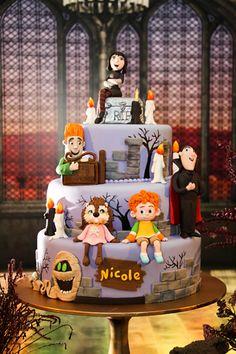 Taís Puntel preparou uma assustadora decoração inspirada no Hotel Transylvânia para o aniversário da Nicole. As peças decorativas são da Ella Arts