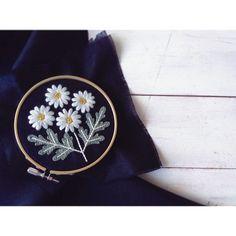 白いウール糸の花びらのマーガレット。 「wool stitch」より #刺繍 #embroidery #woolstitch #ウール刺繍