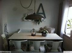 köksstolar,taklampa,matbord,kökssoffa vitt lantligt