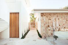 Backyard Reveal - Kyal & Kara : Kyal & Kara Modern Tropical House, Modern Patio, Modern Coastal, Modern Brick House, Tropical Houses, Surf House, Beach House, Bali Style Home, Home Flower Arrangements