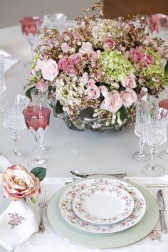 Para montar a mesa, escolhemos a louça Magnólia, recém lançada e desenvolvida com exclusividade pelo Vestindo a Mesa. Nos tons de rosa antigo, branco e verde celadon, a Coleção Magnólia, que ainda conta com bowls, xícaras de chá e de café, destaca-se pela leveza e perfeita harmonia dos respectivos tons._MG_5125