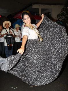 camisola santeña y faldón de zaraza.  festival de la mejorana.  Foto tomada de polleras de Panamá #pollerapanameña.