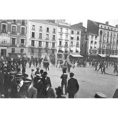 1910 DESORDENES EN ZARAGOZA. LA GUARDIA DE SEGURIDAD DANDO UNA CARGA EN LA PLAZA DE LA CONSTITUCIÓN DURANTE LA MANIFESTACIÓN CATÓLICA DEL DOMINGO ÚLTIMO, PARA RESTABLECER EL ORDEN, PERTURBADO POR LOS CONTRA MANIFESTANTES: Descarga y compra fotografías históricas en | abcfoto.abc.es