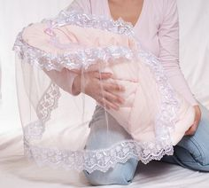 Do-it-yourself-Umschlag - Suche in Goo . Idee Cadeau Baby Shower, Dresses Kids Girl, Kids Outfits, Baby Knitting, Crochet Baby, Baby Sheets, Lace Booties, Baby Shower Dresses, Heirloom Sewing
