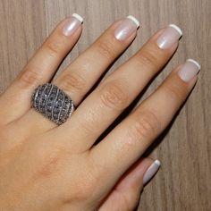 Anel com marcassita da Prata Fina que combina com unha francesinha linda.