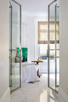 Barroca y divertida: la casa del interiorista Luis García Fraileelledecoresp Elle Decor, Architecture Design, Divider, Interior Design, House, Furniture, Bathroom, Beautiful, Home