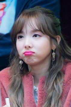 Twice-Nayeon 171117 Fansign in Mokdong Kpop Girl Groups, Korean Girl Groups, Kpop Girls, K Pop, Sana Momo, Girl Korea, Im Nayeon, Nayeon Twice, Dahyun