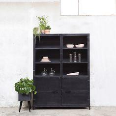 Deze stoere vitrinekast past is elke interieur.  Kleuren: zwart, wit en metal  Bestel voordelig online!