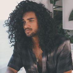 Erkeklerin moda ikonu olmasını sağlayan araçlardan olan saç modelleri arasında birçok stil sayılabilir. Ancak son dönemde yapılan araştırmalarda en güzel doğal erkek saç modelleri modada başı çekmektedir. Şekilli, ince ayrıntılı saç modelleri her ne kadar moda olsa da birçok kesim tarafından doğa...