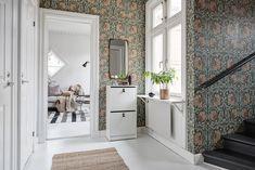 Alvhem presenterar med glädje denna drömlika fyra i etage(!) som skapar ett stort habegär! Ypperligt läge, två fungerande kakelugnar & yteffektiv planlösning i ett av Majornas vackraste hus, anno 1905. Renoverat kök & badrum samt vackra stuckaturer & listverk…