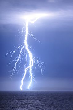 Find images and videos about lightning on We Heart It - the app to get lost in what you love. Pictures Of Lightning, Lightning Cloud, Thunder And Lightning, Lightning Strikes, Lightning Storms, Lightning Photography, Nature Photography, Storm Photography, Photography Tips