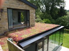 Orange roof covering, residing roofing, vegetated roofs, ecoroofs — all that you need to call them. Extension Veranda, Roof Extension, Extension Google, Extension Ideas, Sedum Roof, Green Roof System, Green Facade, Green Roofs, Living Roofs