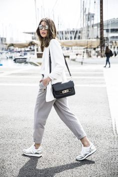 New Sneakers Casual Outfit Street Style Chic 35 Ideas Style Désinvolte Chic, Style Simple, Casual Chic Style, Classy Casual, Classy Style, Trendy Style, Womens Fashion For Work, Look Fashion, Trendy Fashion