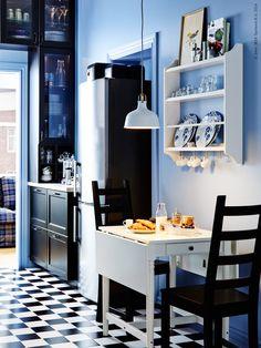 Känner du för att addera lite extra färg till ditt svarta kök så varför inte komplettera med en modig blå på väggen! KAUSTBY stol,  INGATORP klaffbord, STENSTORP tallrikshylla.