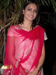 Kirti Kharbanda, Bollywood Images, Beautiful Red Dresses, India People, Red Saree, Latest Tops, Most Beautiful Indian Actress, Red Shirt, Top Photo