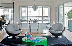 Na sala ampla, destaque para as poltronas anos 60 arrematadas em uma Família Vende Tudo. As cadeiras da década de 30 foram compradas em antiquário e colocadas junto à mesa de jantar. Proposta do designer de interiores Diogo Oliveira