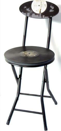 silla retro con discos de vinilo reciclados