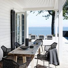 Elle Decor Magazine, Soho by the Sea Photographed by Wichmann -Bendtsen & styled by Helle Walsted. Love the organic black & white feel of this house Outdoor Rooms, Outdoor Dining, Outdoor Decor, Dining Tables, Oak Table, Outdoor Patios, Outdoor Kitchens, Outdoor Areas, Outdoor Chairs