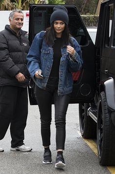 Who made Kylie Jenner's blue denim jacket, black leather pants, and handbag? Kylie Jenner Outfits, Kylie Jenner Fotos, Trajes Kylie Jenner, Kylie Jenner Mode, Looks Kylie Jenner, Kylie Jenner Grunge, Kylie Jenner Black Hair, Kylie Jenner Fashion, Khloe Kardashian