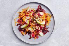 Kijk wat een lekker recept ik heb gevonden op Allerhande! Bietensalade met wortel, appel en hazelnoten