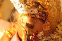 It's one of the cutest rituals in a Bengali Wedding and it is called 'subho dristi' … roughly translating into 'auspicious look'. In the age when arranged marriages were way of life in India, matches were not made in chat rooms and offices, rather by Bengali Wedding, Bengali Bride, Wedding Bride, Wedding Rituals, Top Wedding Photographers, South Asian Wedding, Beautiful Dream, Indian Weddings, Girls Dream