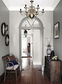 Très intéressant les cadrans et moulures de portes en argent (feuilles?) pour la lumière. Tracie Ellis ( brand AURA) country home in Victoria's Kyneton, Australia