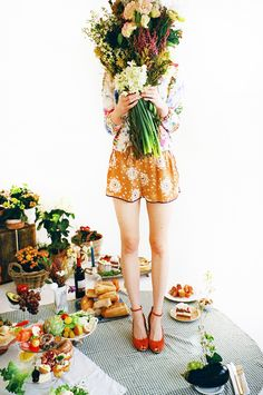 Marais This image is perfection. I love the picnic feel, the color palette of green and orange  #stylelab