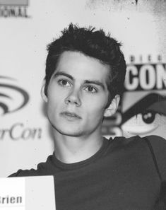 Dylan O'Brien is so cute on this picture! Look at those eyes! Dylan O'brien, Dylan Thomas, Teen Wolf Dylan, Teen Wolf Stiles, Teen Wolf Cast, Teen Wolf Boys, Scott Mccall, Dylan O Brien Cute, Meninos Teen Wolf