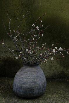 tsubo with ume Vase with plum flowers Japanese Ceramics, Japanese Pottery, Japanese Art, Deco Floral, Arte Floral, Wabi Sabi, Ceramic Pottery, Ceramic Art, Slab Pottery