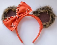 Mickey Mouse Ear Headband Inspired by Star Wars Wicket Ewok These ears are covered with a brown faux fur, brown felt, and orange fabric. The ears Disney Diy, Diy Disney Ears, Disney Mickey Ears, Disney Crafts, Mickey Ears Diy, Micky Ears, Disney Headbands, Mickey Mouse Ears Headband, Ear Headbands