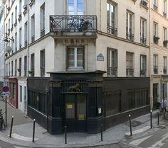 Ancien débit de boisson, 19-21, rue Jean-Poulmarch Paris 75010. A l'enseigne du Lion d'Or, l'endroit a même conservé les grilles qui protégeaient son commerce.