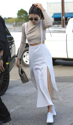Who made Kendall Jenner's aviator sunglasses, gold jewelry, white sneakers, and tan long sleeve top? Kendall Jenner Style, Le Style Du Jenner, Teen Fashion Outfits, Look Fashion, Casual Outfits, Womens Fashion, Looks Chic, Casual Looks, Mode Streetwear