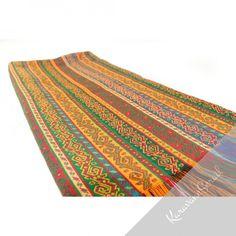 Le tissu oriental Phasis est décoré de motifs traditionnels ottomans que l'on retrouve sur les kilims. Il peut être utilisé en dessus-de-lit, e nappe, posé sur un canapé... Très coloré, il illuminera votre pièce. A retrouver sur https://www.karavaneserail.com/22-tissus-orientaux #decoration #decorationorientale #tissuoriental