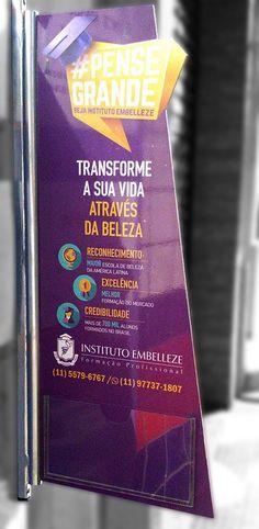 Stopper desenvolvido para o Instituto Embelleze Vila Mariana com suporte metálico e placa de acrílico adesivado e bolsa para folhetos por Foco Design & Gráfica.