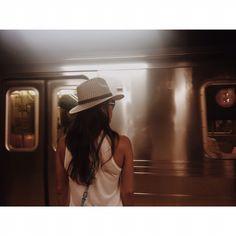 Se quer ir para Uptown ou Downtown ou q outro lugar longe de vc, metrô é a melhor solução. Como tive dificuldade de andar no começo, já que nunca andei no Brasil, ai vai a Dica: 1º baixe o app NYC Subway para ver todas as linhas. Cada linha q está por cor, tem um trajeto q se divide em Up or Downtown (direção). Veja aonde quer ir, e qual linha (cor) mais próxima de vc e preste atenção nos números ou letras que acompanham cada parada de destino. Círculos brancos indicam estações maiores…