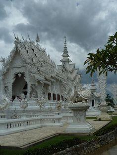 Chiang Rai White temple, Wat Rong Khun, Thailand (by Yuma Salsero).