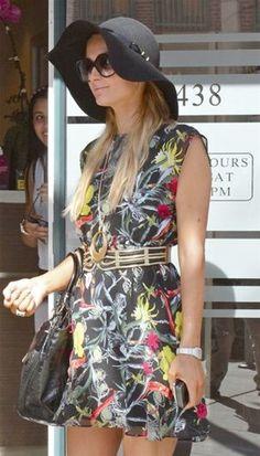 Love the dress! Paris Hilton chegou ao aeroporto LAX, com um atraso de quatro horas, vinda de Londres... - 1 (© © WENN)