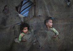 Niños palestinos juegan en el barrio de Al-Zaiton durante el tercer día del mes sagrado del Ramadan en la franja de Gaza (Ali Ali/EFE)