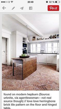 Tegelgolv fiskben. Fast svart tegel. Behandla med bivax för lenare golv med mjukare känsla och finare lyster? Alt: Genom att oljas in med en blandning av rå och kokt linolja, får golvet en vacker, tålig och lättstädad yta. Oljan gör att stenen blir mättad, utan att ge ett blankt resultat.