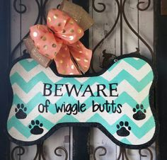 """Fantastic Photo Welcome Dog Bone Burlap door hanger, Wreath for Dog lovers Suggestions Your individual door hanger Sure, the classic is of course the door pendant, in which on leading """" Wooden Doors, Wooden Signs, Dog Wreath, Burlap Door Hangers, Burlap Door Decorations, Bone Crafts, Arts And Crafts, Diy Crafts, Shops"""