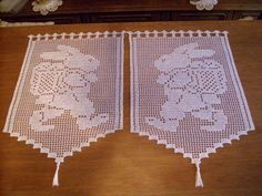 2 tende all'uncinetto in ** bianco Easter bunny on the go ** a mano ** tende all'uncinetto S Filet Crochet, Crochet Patterns Filet, Easter Crochet Patterns, Crochet Cross, Knit Or Crochet, Crochet Stitches, Cross Stitch Patterns, Crochet Curtains, Crochet Table Runner