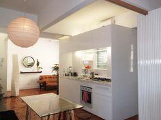 Apartamentos pequenos: Sala de jantar de um loft de 65 m², em Ipanema, Rio de Janeiro. Ambiente projetado por Alessandra Souza.