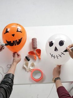 Dicas para decorar a casa para o Halloween! - Niina Secrets Oii, loves, how are you? Celebrating Halloween is very common in Anglo-Saxon countries, especially in the United States. Halloween Balloons, Homemade Halloween Decorations, Halloween Tags, Toddler Halloween, Halloween Crafts For Kids, Halloween Birthday, Halloween Activities, Halloween Party Decor, Halloween Themes