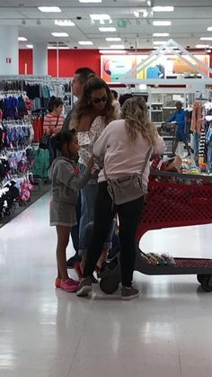 Despite her mass fortune, Beyonce proved she's still got an eye for a bargain as she was spotted wheeling her trolley around discount store Target in Los Angeles over the weekend. Queen Bee Beyonce, Beyonce And Jay Z, Beyonce Knowles Carter, Beyonce Family, Beyonce Memes, Beyonce Beyhive, Beyonce Coachella, Blue Ivy Carter, Beyonce Style