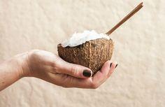 Nur wenige Nahrungsmittel sind im 20. Jahrhundert so stark in Misskredit gebracht worden wie das Kokosöl. Noch in den 1990er Jahren verteufelten die Medien das Öl, das aus dem Fleisch reifer Kokosn…